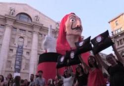 Milano, i fan della Casa di Carta cantano