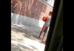 Non ha le scarpe per giocare: il bambino gli regala le sue Un bellissimo episodio sta facendo il giro del web - Dalla Rete