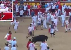 Pamplona, il toro lo punta ma lui è un giocatore della Nfl e lo salta Protagonista il cornerback Josh Norman, dei Washington Redskins, stella da 75 milioni di dollari - Corriere Tv