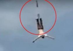 Si lancia col bungee jumping ma la corda si spezza: il video dell'incidente La scena (terribile) in un parco in Polonia. Il 39enne è sopravvissuto - CorriereTV