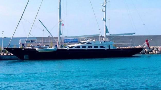 barca, Carolina di Monaco, Messina, Società