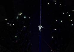 Il funambolo Andrea Loreni e la sua Led-Walk a Civita di Bagnoregio Il performer è tornato nel borgo medioevale per una passeggiata notturna a 40 metri d'altezza nell'ambito de «La notte delle luci» - Corriere Tv