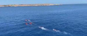 """Open Arms, ispezione a bordo: """"Nessuna emergenza"""". Migranti si gettano in mare"""