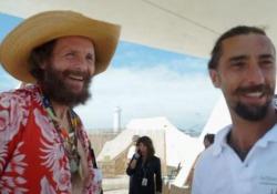 Jovanotti, al Beach Party c'è anche Brumotti: «Da Lima a Buenos Aires in bici» Il cantante: «Ho sempre il casco allacciato e niente cuffiette» - Ansa