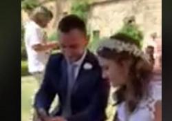 La sorpresa di Jovanotti alla coppia di sposi: gli invia una romantica video-dedica Andrea e Susanna si sarebbero dovuti sposare durante la tappa di Vasto del Jova Beach Party che però è stata annullata. Jovanotti gli ha così dedicato «A te» - Corriere Tv