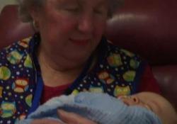 """La """"terapia a base di coccole"""" aiuta i bambini nati prematuri La tecnica adottata in un ospedale in Australia - Ansa"""