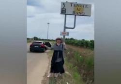 Loredana Bertè fa l'autostop per andare da Albano: «Ma non passa un c... di nessuno» La cantante protagonista del video, pubblicato su instagram, vuole arrivare a Cellino San Marco: «Il mio manager non mi accompagna»  - Corriere Tv