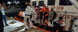 L'arrivo al porto di Lampedusa di altri quattro migranti della Open Arms