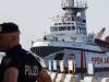 La procura sequestra la Open Arms: i migranti sbarcano a Lampedusa