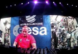 Parmitano dj fa ballare 3mila persone dallo spazio Prima volta nella storia. L'astronauta si è collegato dalla stazione spaziale con una nave da crociera ancorata ad Ibiza e ha fatto ballare 3000 mila persone.   - Corriere Tv