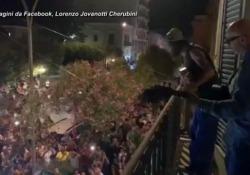 Policoro, i fan di Jovanotti cantano sotto la finestra dell'hotel Per ringraziare, a Sorpresa Lorenzo Cherubini suona per loro - Ansa