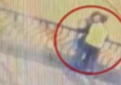 Si danno un bacio sulla ringhiera e cadono nel vuoto: tragedia su un ponte in Perù L'incidente è avvenuto a Cuzco, lo scorso 3 agosto - CorriereTV