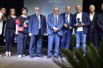 Al centro il sindaco Giuseppe Nicotra con i premiati membri della giunta e il direttore e presentatore Maurizio Caruso