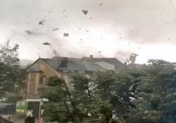 Un violento tornado devasta il sud del Lussemburgo: 14 feriti, molti danni Si è abbattuto venerdì sera: oltre un centinaio le case danneggiate, dozzine le  macchine sollevate da terra - CorriereTV