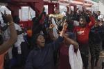 Siracusa, esplode la protesta per il cibo tra i migranti: personale sequestrato