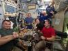 Lastronauta Luca Parmitano a cena con i colleghi a bordo della Stazione Spaziale (fonte: ESA/NASA)