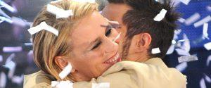 Maria De Filippi e Marco Carta si abbracciano sul palco di Sanremo nel 2009