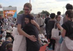 «Da qui non ci muoviamo», gli attivisti «No Grandi Navi» occupano all'alba il red carpet «Dal Venice Climate Camp oggi è arrivata la sveglia!», a rischio la cerimonia di premiazione - Corriere TV