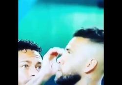 Dani Alves ha paura dell'insetto: arriva Neymar a «salvarlo» L'episodio prima dell'ultima partita del Brasile contro la Colombia - Dalla Rete