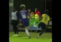 Danimarca, salta sulla testa del fotografo Emmanuel Sabbi, calciatore dell'Hobro, prima divisione danese, è riuscito a evitare l'impatto con un fotografo - Dalla Rete