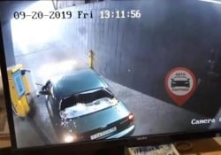 Ecco la disastrosa manovra che non bisogna mai fare all'uscita di un parcheggio Le immagini dell'incidente accaduto a Sebastopoli in Crimea - Ansa
