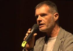 Evento coop, l'intervento del drammaturgo Stefano Massini La storia e la letteratura sono piene di «piccole» persone che con la loro forza hanno cambiato il mondo - Corriere Tv