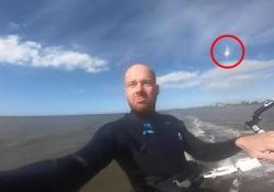 Fa kite surf con la Go Pro e registra il passaggio di un piccolo asteroide dietro di lui Lo sportivo si stava allenando nel mare dei Wadden quando ha catturato un momento unico - Corriere Tv