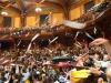 Il lancio di aeroplanini di carta che ha ufficialmente aperto la cerimonia di premiazione degli Ig Nobel 2019 nel Sanders Theatre dellUniversità di Harvard (fonte: Improbable Research)