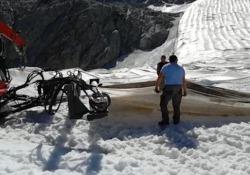 Il ghiacciaio Presena si 'scopre', pronto per la prima neve Rimosso il telo geotermico che protegge il ghiaccio dal caldo - Ansa