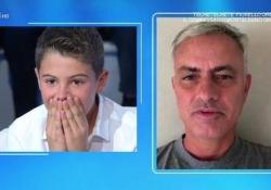 Il piccolo Josè figlio di Amadeus riceve una sorpresa: c'è Mourinho, e lui si commuove  Momento emozionante a Domenica In: lo Special One appare a sorpresa - Corriere Tv