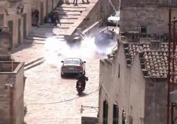 Inseguimenti in auto e finte bombe, a Matera le scene d'azione per il nuovo James Bond Le immagini del lavoro della troupe per il nuovo capitolo della saga dello 007 - Ansa