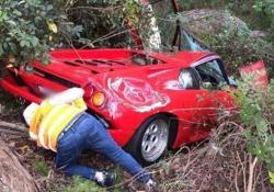 La brutta fine di una Lambo da mezzo milione di euro Il guidatore è finito in una scarpata distruggendo la supercar: il filmato dall'Australia - CorriereTV