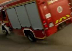 La dimostrazione dei pompieri alla scuola finisce con il camion ribaltato L'incidente è avvenuto nel parcheggio a Vác, in Ungheria - CorriereTV