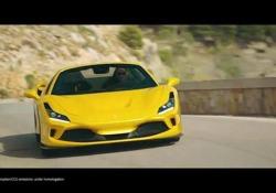 La Ferrari F8 Spider Il Cavallino Rampante alimenta la gamma F8 con la nuova versione spider. Una sportiva a cielo aperto che tocca i 340 km/h. Prezzo: 262.000 euro - Corriere Tv