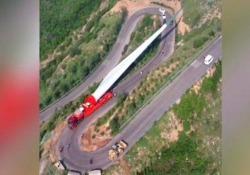 La pala eolica di 70 metri sulla strada di montagna: l'impresa in Cina Il filmato catturato da un drone nel nord  - CorriereTV