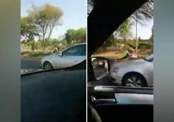 La poliziotta vuole farle la multa e lei reagisce trascinandola sul cofano È accaduto a Krugersdorp, in Sudafrica. La donna, una 27enne, era al cellulare mentre guidava quindi l'agente stava per farle la multa quando è stata investita - Dalla Rete