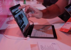 Leggerissimi, che si convertono in un tablet, a doppio schermo e intelligenti. Non è finita l'era del personal computer — i più piccoli dispositivi portatili, in primis lo smartphone, non l'hanno sostituito — e anche in questo settore c'è ancora tanto spazio di manovra ...