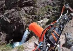 Motociclista precipita da una scarpata e si salva per miracolo Rick Hogge stava percorrendo un sentiero roccioso assieme a degli amici sul Passo Schofield, in Colorado - CorriereTV