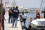 Lo sbarco dei migranti della nave Eleonore