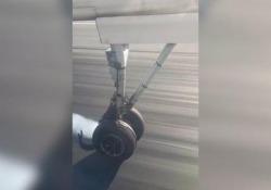 Scoppia una gomma al decollo, l'aereo costretto ad un atterraggio d'emergenza L'aereo della compagnia Qantas era partito da Canberra, in Australia - CorriereTV