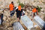 Rifiuti a Ragusa, volontari liberano il greto del torrente
