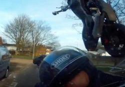 Ubriaco in moto: il terribile video dell'incidente diffuso dalla polizia  Mettersi al volante dopo aver bevuto non è mai una buona idea, neppure in sella ad una moto: il filmato pubblicato dalla polizia inglese - CorriereTV