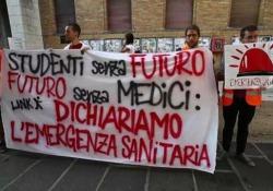 Università, via al test di Medicina: proteste degli studenti a La Sapienza di Roma Sono 68.694 gli aspiranti camici bianchi iscritti alle prove di accesso per Medicina e Odontoiatria - Ansa