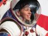 L'ingegnere Kristine Davis della Nasa indossa la tuta per le passeggiate lunari che ha contribuito a progettare (fonte: NASA/Joel Kowsky)