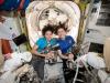 Le astronaute Christina Koch e Jessica Meir, protagoniste della prima passeggiata spaziale al femminile (fonte: NASA Johnson, Flickr)