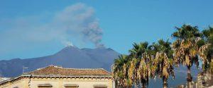 Etna, nube di fumo e cenere dai crateri sommitali