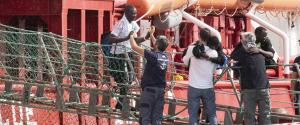 """Migranti, la nave Ocean Viking sbarca a Pozzallo: """"Finita l'odissea"""""""