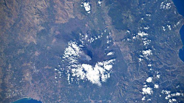 L'Etna coperto di neve (fonte: Luca Parmitano, ESA, NASA, Twitter)