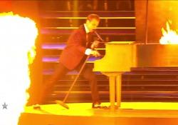 Antonio Sorgentone, l'esibizione a Italia's Got Talent che gli è valsa la vittoria Il pianista acrobatico 37enne ha conquistato così i giudici della trasmissione - Corriere Tv