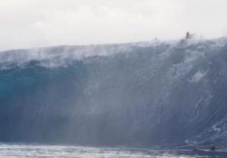 Attenzione: onda gigante in arrivo Il video dei surfisti sorpresi dall'onda a Teahupo'o, Tahiti, nella Polinesia francese - CorriereTV
